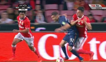 Fábio Nunes ficou a pedir penálti neste lance mas Bruno Esteves mandou seguir