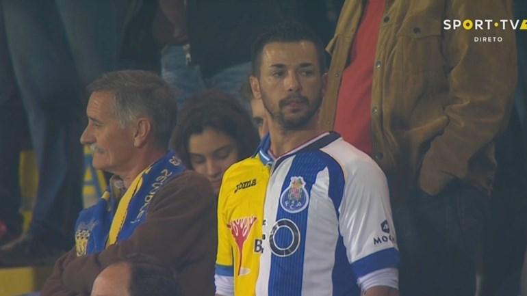 Este adepto estava literalmente (!) dividido entre Arouca e FC Porto