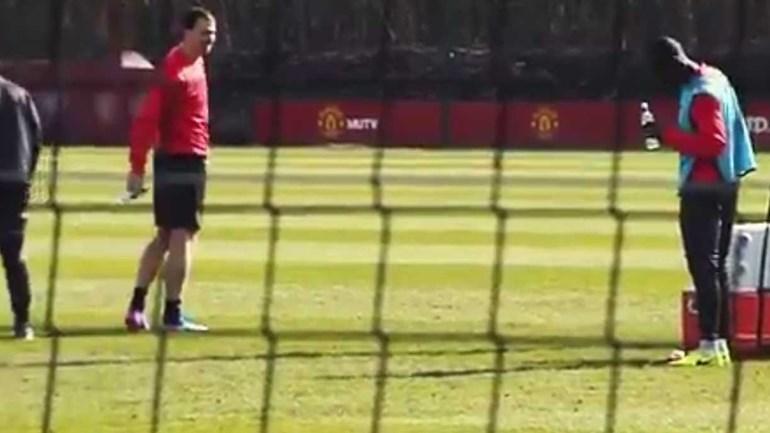 Mourinho estava de costas e não viu Ibrahimovic fazer este 'truque'