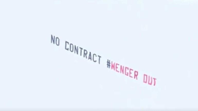 Wenger provoca 'batalha' de aviões nos céus de West Bromwich