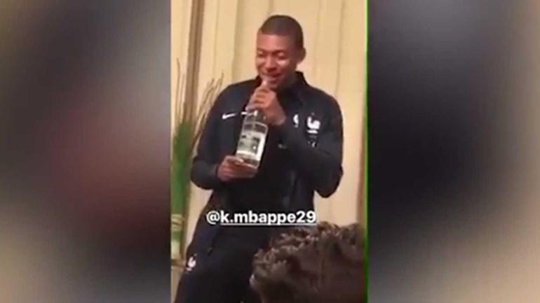 Mbappé: craque com a bola nos pés; a cantar... nem por isso