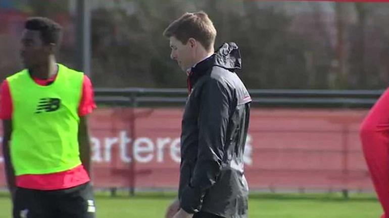 Gerrard treinou com os miúdos e... não brincou em serviço