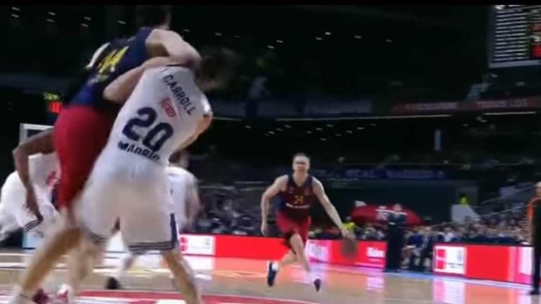 Jogador do Barcelona agride rival com cotovelada