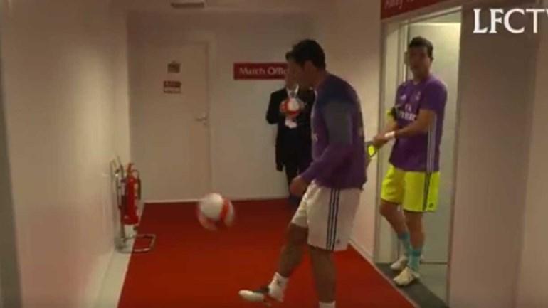Luís Figo espalha classe pelo balneário de Anfield