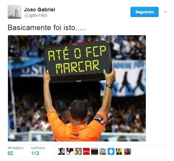 João Gabriel mostra 'nova' placa de tempo extra