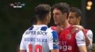 A confusão ao minuto 80': Maxi Pereira agarra Vukcevic pelo pescoço