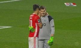 O que será que conversavam Jonas e Casillas no final do jogo?