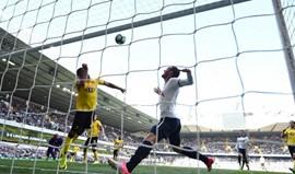 Tottenham goleia e segue na luta