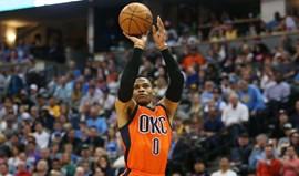 Westbrook bate recorde de triplos-duplos e dá triunfo aos Thunder em cima da buzina