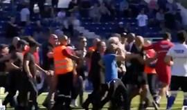 Adeptos do Bastia invadem relvado e agridem jogadores do Lyon