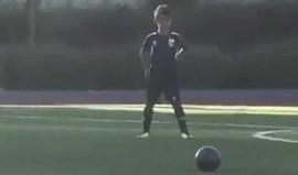 Filho de Cristiano Ronaldo marca de livre direto... com o estilo do pai