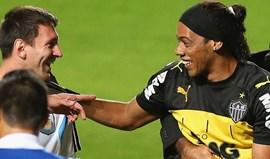 Ronaldinho felicita Messi pelos 500 golos pelo Barcelona