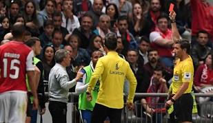 Brahimi viu o vermelho... e explodiu