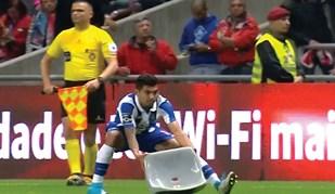 O jogo a decorrer e Corona obrigado a remover cadeira do relvado