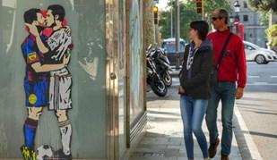 Artista urbano catalão 'coloca' Messi e Ronaldo aos beijos nas ruas de Barcelona