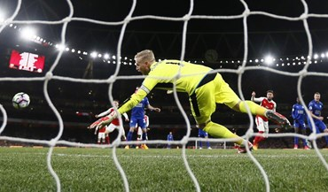 Autogolo de Huth dá triunfo ao Arsenal