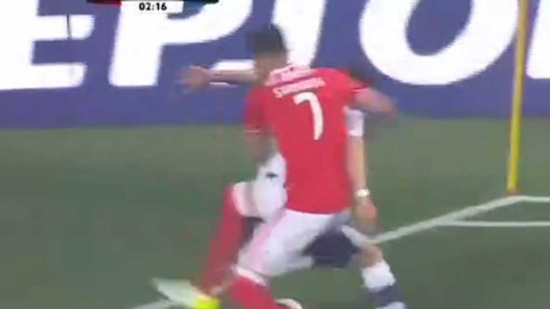 Sporting diz que Samaris agrediu Alex Telles neste lance