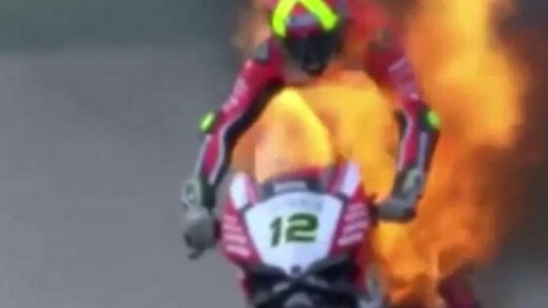 Piloto espanhol em chamas durante corrida de Superbikes