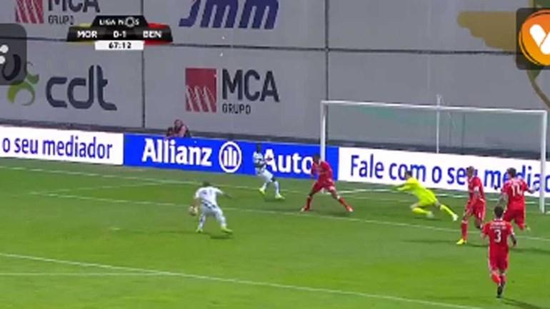 O falhanço de Neto com a baliza do Benfica à mercê
