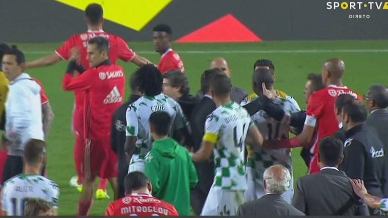 Jogadores do Moreirense exigiam explicações a Samaris... e o grego celebrava euforicamente