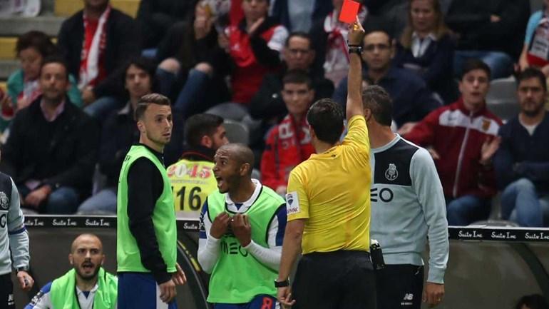 Brahimi castigado com dois jogos de suspensão