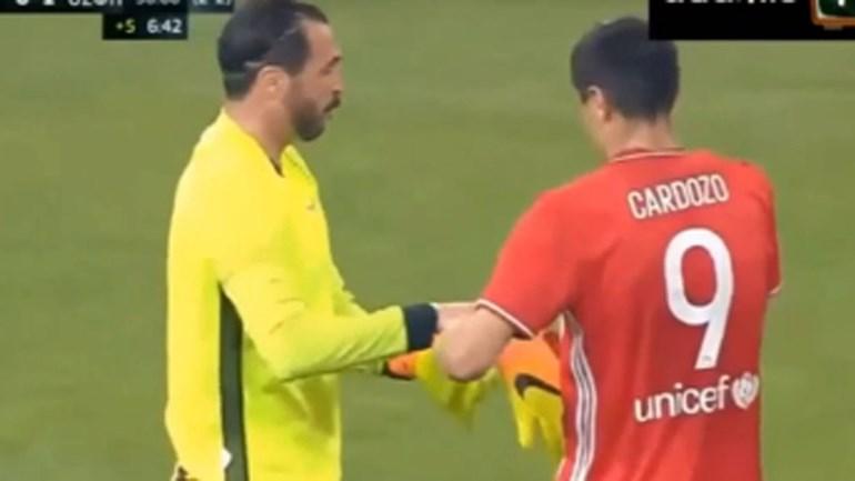 Hugo Almeida terminou jogo à baliza e Cardozo foi ajudá-lo a calçar as luvas