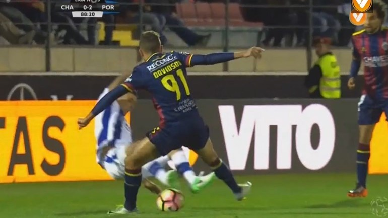 Maxi Pereira viu o vermelho direto por causa desta entrada