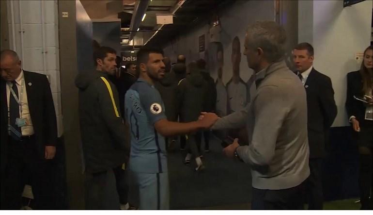 As imagens do túnel do City: o que terá dito Mourinho a Agüero?
