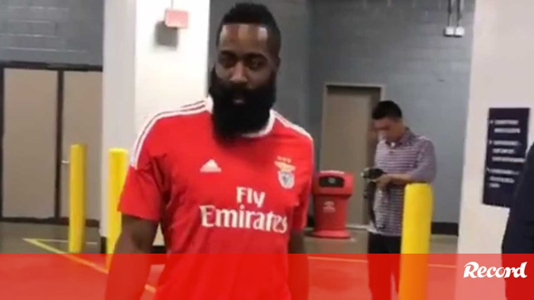 best sneakers a0d7a 443b7 Houston Rockets explicam o que levou James Harden a vestir a ...