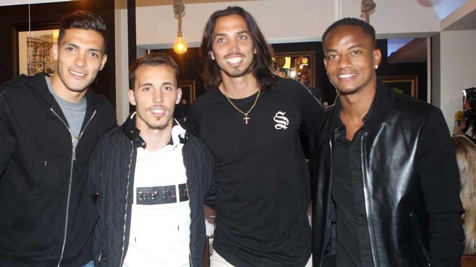 Carrillo, Jiménez e Grimaldo na inauguração do restaurante de Schelotto