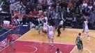'Luta' de gigantes na NBA acaba com o mais alto e mais pesado... no chão