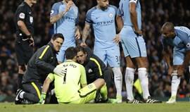 Lesão afasta Claudio Bravo da baliza do Manchester City até final da época