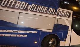 Uma dezena de adeptos pediu atitude à chegada ao Porto