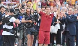Alan Ruiz aclama o eterno Totti