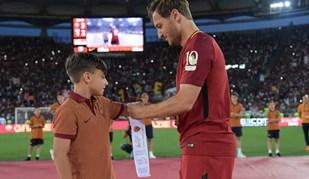 Totti passou a braçadeira de capitão da Roma a alguém especial