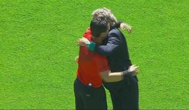 Bruno Paixão fez questão de ir dar um forte abraço... aos dois treinadores