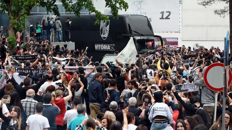Autocarro do V. Guimarães em 'apuros' para sair... mas por uma boa razão