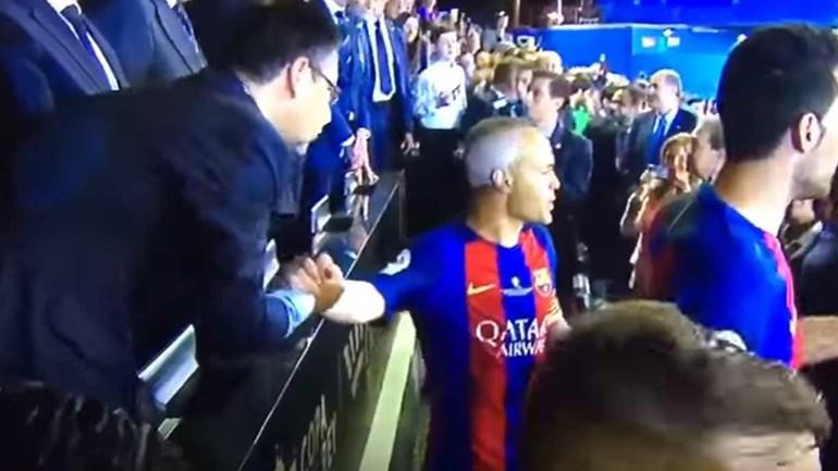 Iniesta estava de olho em tudo menos... no presidente do Barcelona