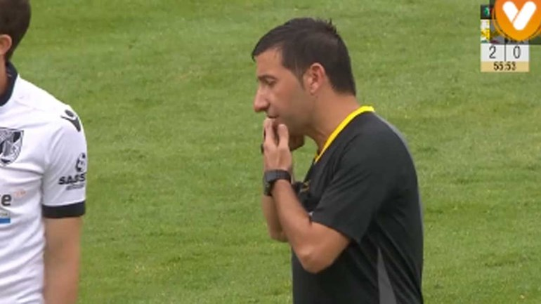 O momento em que Hugo Miguel ouviu o vídeo-árbitro sobre um alegado penálti