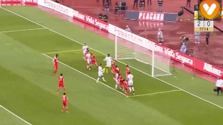 Zungu aproveitou distração da defesa do Benfica para marcar