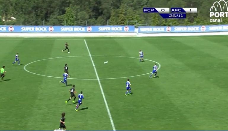 Iniciado do FC Porto marca golaço do meio-campo