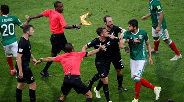 Vídeo-árbitro (e o árbitro principal) viveram momentos difíceis no México-Nova Zelândia