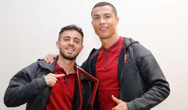 Cristiano Ronaldo ofereceu troféu de melhor em campo a Bernardo Silva