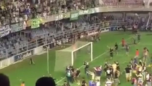 Adeptos do Barcelona B festejaram subida no relvado... contra os apoiantes rivais