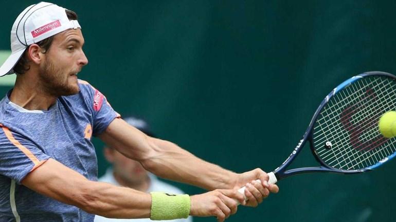 João Sousa eliminado por Philipp Kohlschreiber na primeira ronda em Halle