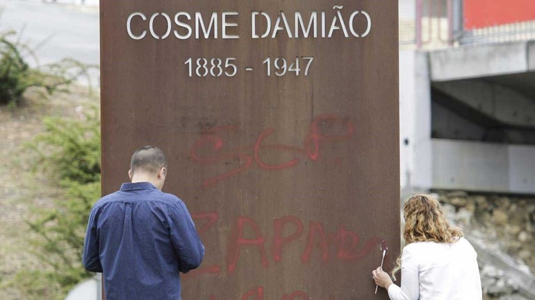 Estátua de Cosme Damião foi vandalizada