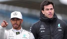 Hamilton furioso porque o presidente da Mercedes esteve na festa de Vettel