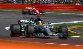 GP da Grã-Bretanha: Hamilton ganha e recebe 'ajuda' enorme da Ferrari