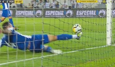 V. Guimarães ficou a pedir golo neste lance