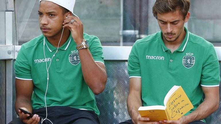 Jogador do Sporting apanhado a ler Saramago no banco